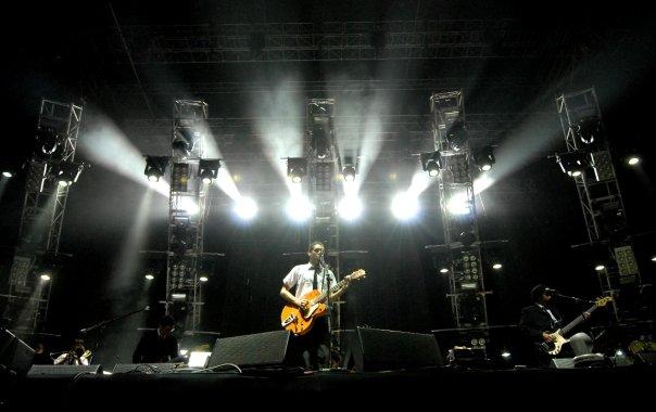 Humberto Campodónico como frontman de Turbopótamos teloneando a Oasis